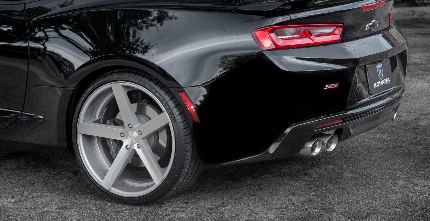 Black Chevrolet Camaro x Rohana RC22 Wheels (Finished in Machine Silver)